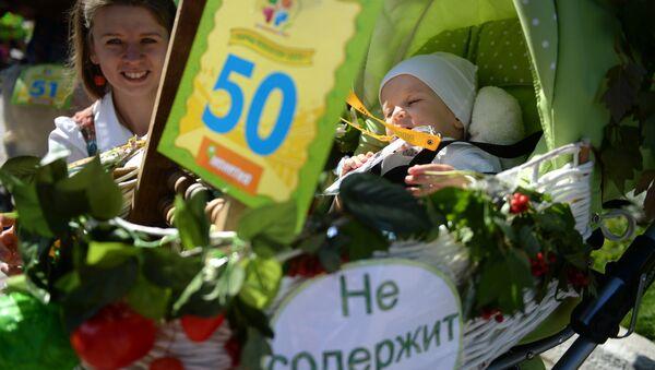 GMOli mahsulotlar ishlatilishiga qarshi Yekaterinburda bolalar aravachalari paradi - Sputnik Oʻzbekiston