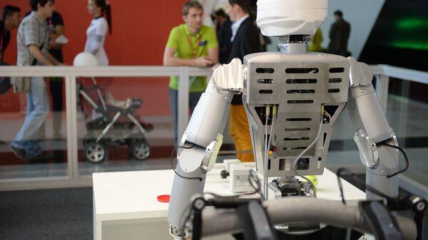 Робот, представленный на выставочном стенде - Sputnik Узбекистан