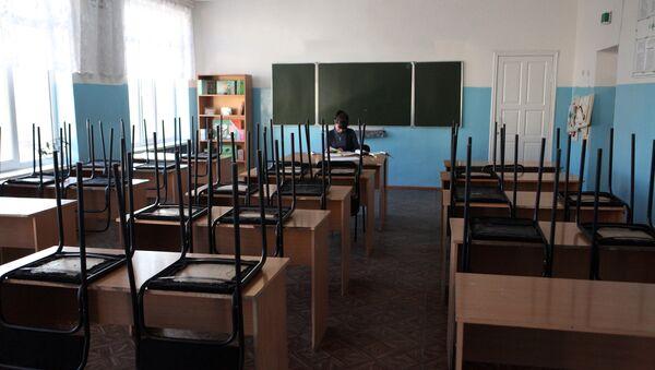 Преподаватель в аудитории школы - Sputnik Узбекистан