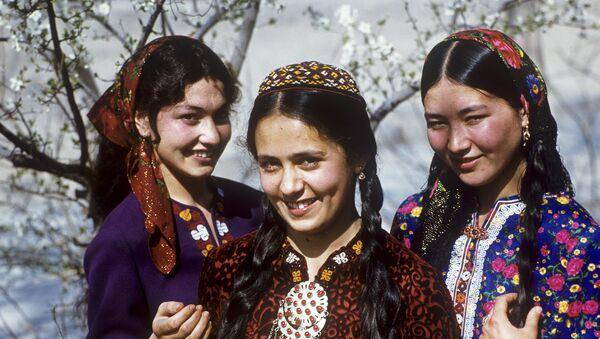 Туркменские девушки - учащиеся медицинского училища - Sputnik Ўзбекистон