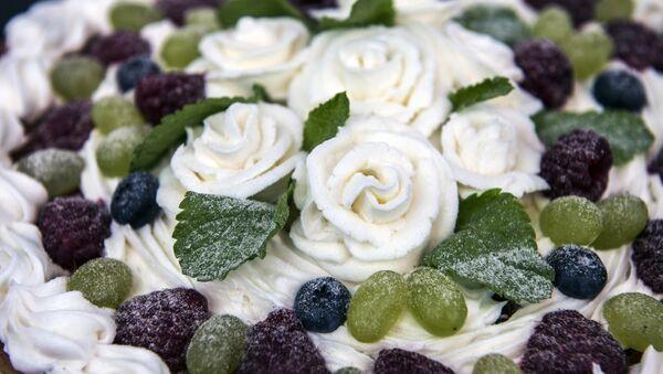 Торт, украшенный кремом и ягодами - Sputnik Ўзбекистон