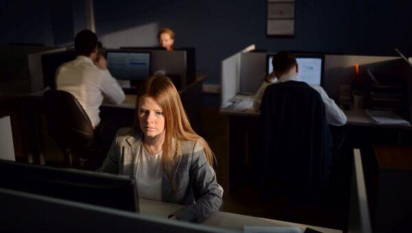 Сотрудники в офисе - Sputnik Узбекистан