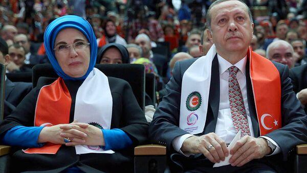 Turkiya prezidenti Toyib Erdoʻgʻon rafiqasi Emine Erdoʻgʻon bilan - Sputnik Oʻzbekiston