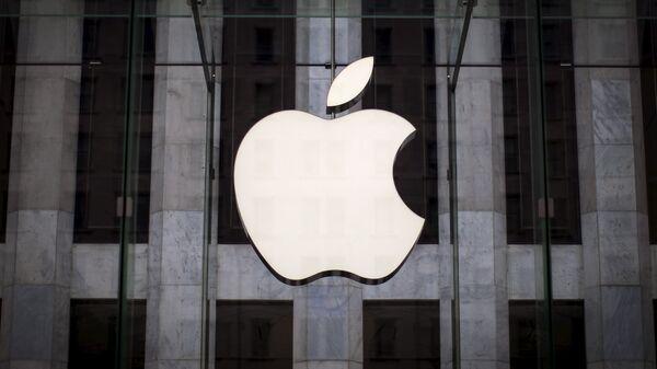 Логотип компании Apple над входом в магазинн 5-й Авеню в Нью-Йорке - Sputnik Узбекистан