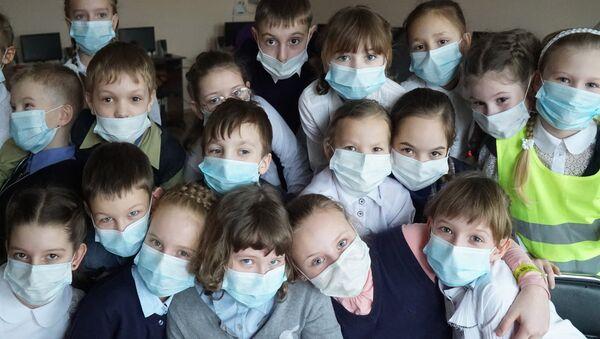Дети в медицинских масках - Sputnik Ўзбекистон