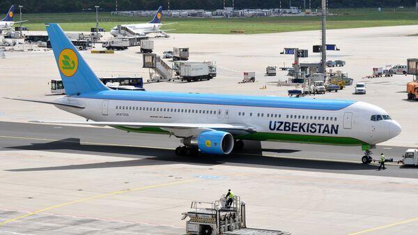 Самолет авиакомпании Uzbekistan Airways на взлетной полосе в аэропорту - Sputnik Узбекистан