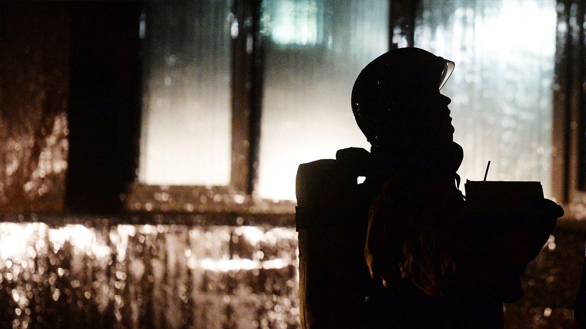 Сотрудник МЧС во время тушения пожара - Sputnik Ўзбекистон, 1920, 04.10.2021