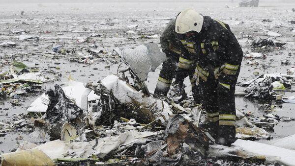 Favqulodda xizmat xodimlari layner parchalarini tekshirmoqda - Sputnik Oʻzbekiston