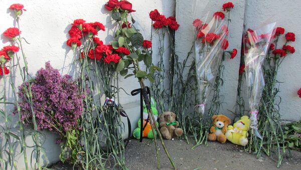 Цветы у посольства РФ в Ташкенте в связи катастрофой Boeing-737 - Sputnik Узбекистан