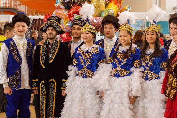 Гости праздника в казахских нарядах - Sputnik Узбекистан