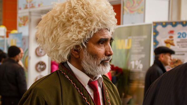Мужчина в туркменском чапане и шапке. - Sputnik Узбекистан
