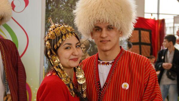 Юноша и девушка в туркменских нарядах - Sputnik Узбекистан