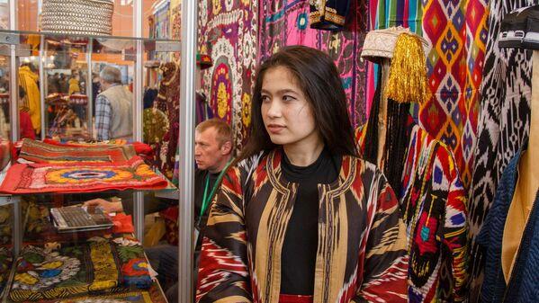 Девушка в традиционной таджикской одежде - Sputnik Узбекистан