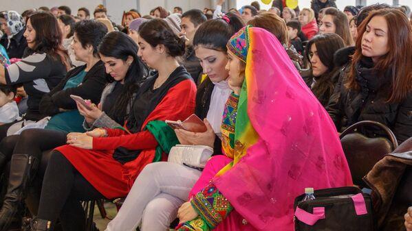 Гости праздника Навруз в национальных одеждах - Sputnik Узбекистан