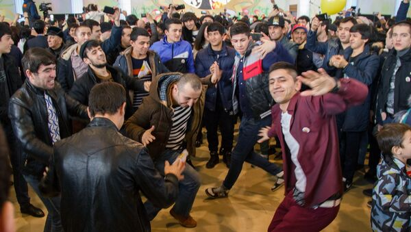 Представители Таджикистана танцуют под национальную музыку  - Sputnik Узбекистан