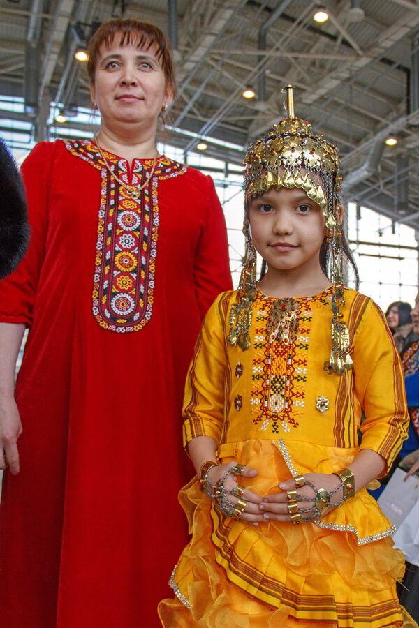 Мама и дочь в Туркменской национальной одежде - Sputnik Узбекистан