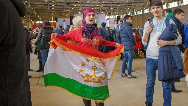 Девушка с флагом Таджикистана - Sputnik Узбекистан