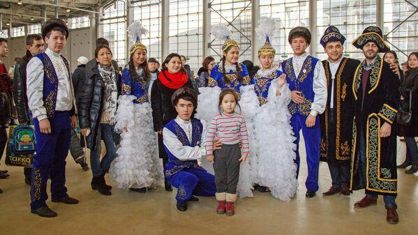 Гости праздника Навруз в казахской национальной одежде - Sputnik Узбекистан