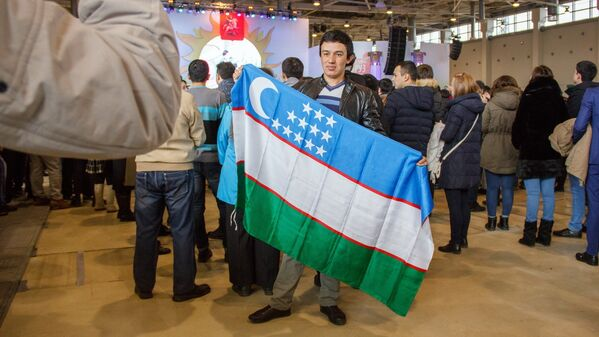 Юноша с флагом Узбекистана - Sputnik Узбекистан
