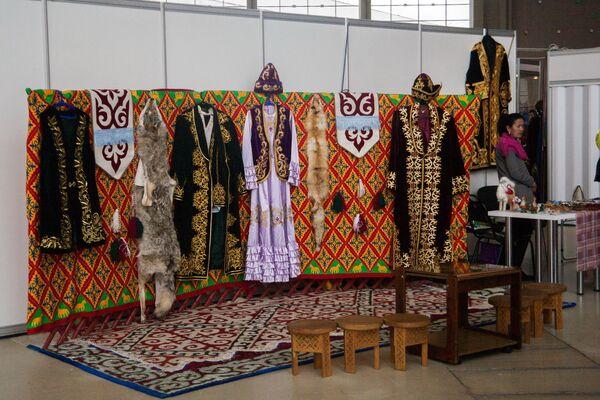 Выставка национальный одежды и предметов быта на стенде Казахстана - Sputnik Узбекистан