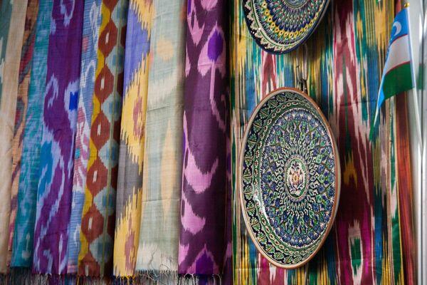 Выставка шелковых тканей и креамики на стенде Узбекистана - Sputnik Узбекистан