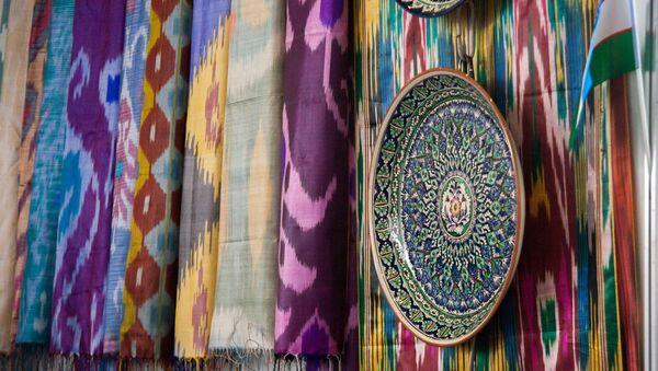 Выставка шелковых тканей и креамики на стенде Узбекистана - Sputnik Ўзбекистон