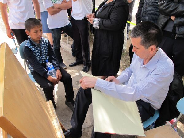 Художник рисует мальчика на празднике Навруз в Ташкенте - Sputnik Узбекистан