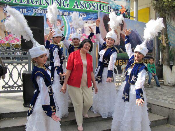 Артисты в национальных костюмах на празднике Навруз в Ташкенте - Sputnik Узбекистан