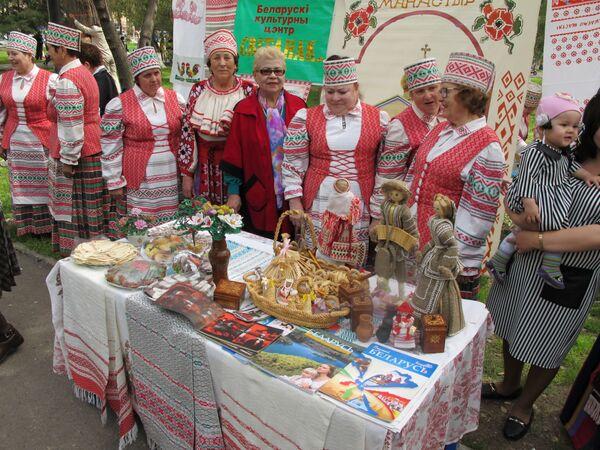 Белорусские сувениры и угощение на празднике Навруз в Ташкенте - Sputnik Узбекистан