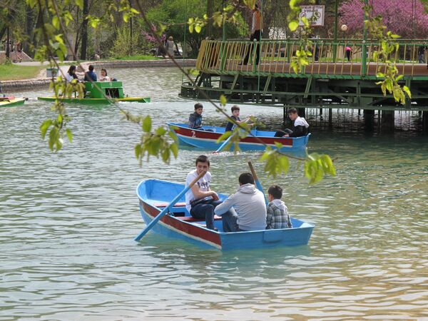 Катание на лодках в праздник Навруз в городском парке Ташкента - Sputnik Узбекистан