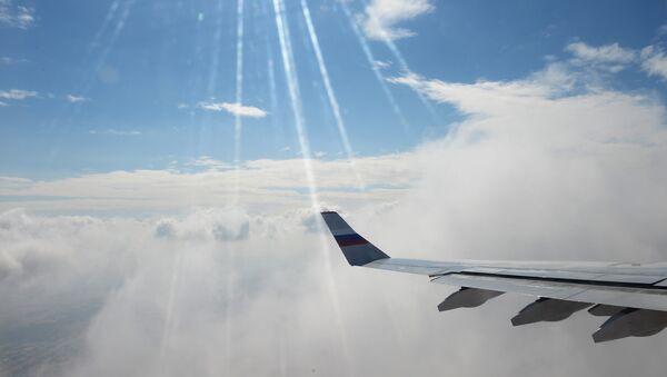 Самолет в небе. Архивное фото - Sputnik Узбекистан