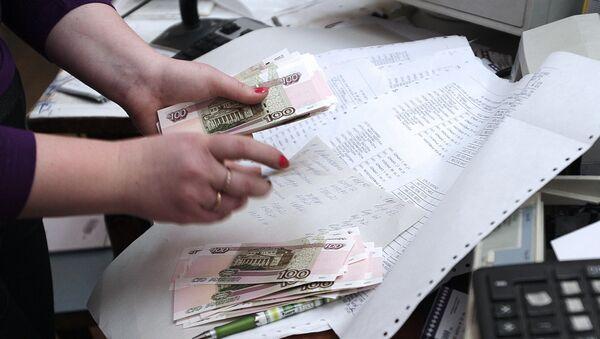 Сотрудница почтового отделения в Симферополе во время выдачи пенсии - Sputnik Узбекистан