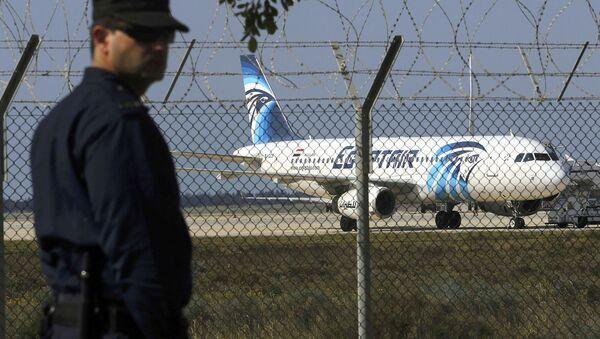 Larnaki aeroportida politsiyachi - Sputnik Oʻzbekiston