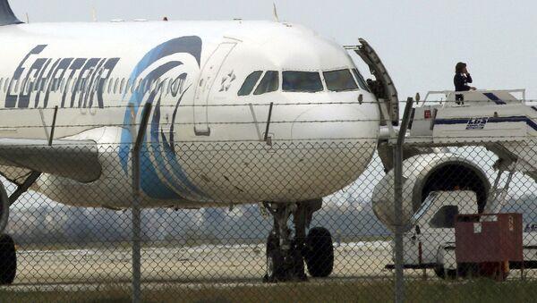 Захваченный лайнер авиакомпании Egypt Air - Sputnik Узбекистан