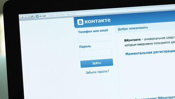 Логотип и начальная страница социальной сети Вконтакте на экране компьютера - Sputnik Узбекистан