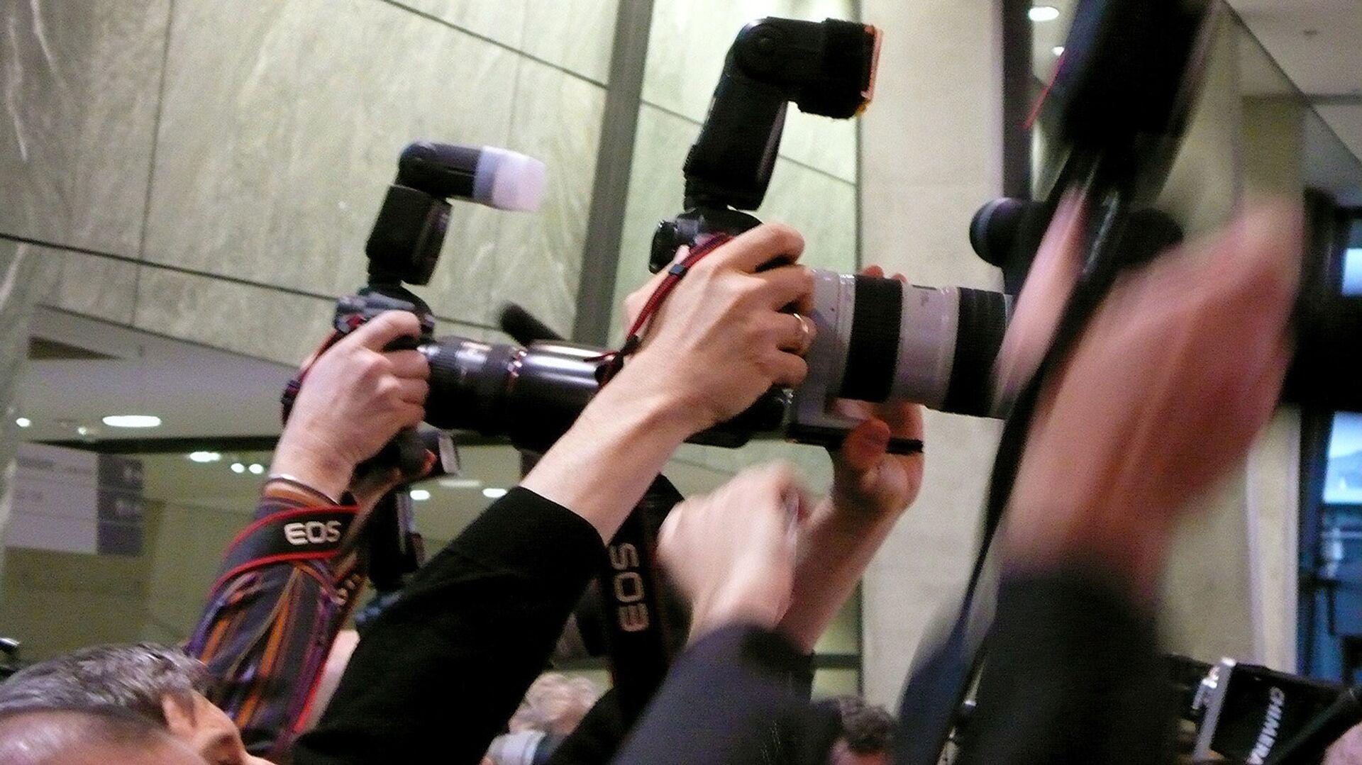 Фоторепортеры на пресс-конференции - Sputnik Узбекистан, 1920, 09.08.2021