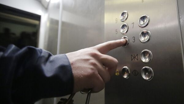 Установка энергосберегающего лифта в жилом доме - Sputnik Узбекистан