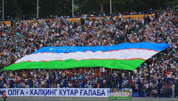 Oʻzbekistonlik futbol ishqibozlari Oʻzbekiston bayrogʻi bilan - Sputnik Oʻzbekiston