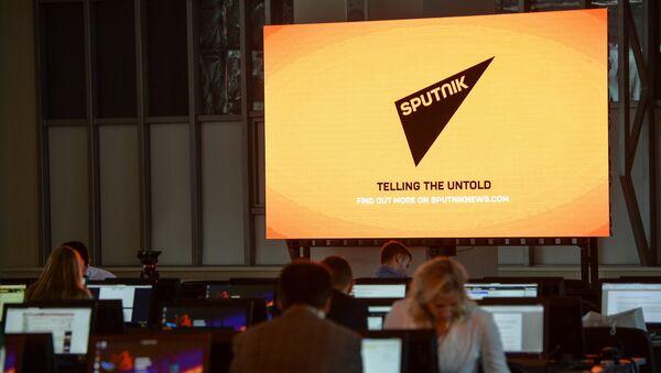 Экран с символикой Международного информационного агентства и радио Sputnik - Sputnik Узбекистан