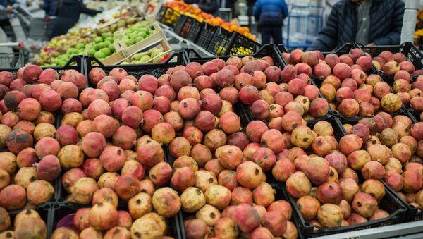 Продажа фруктов на рынке - Sputnik Узбекистан