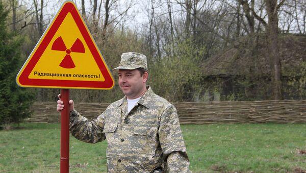 Участники пресс-тура охотно позировали со знаками радиационной опасности - Sputnik Узбекистан