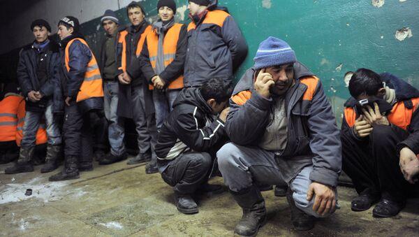 Rossiya Federal Migratsiya Xizmati nolegal migrantlarni tekshirmoqda - Sputnik Oʻzbekiston
