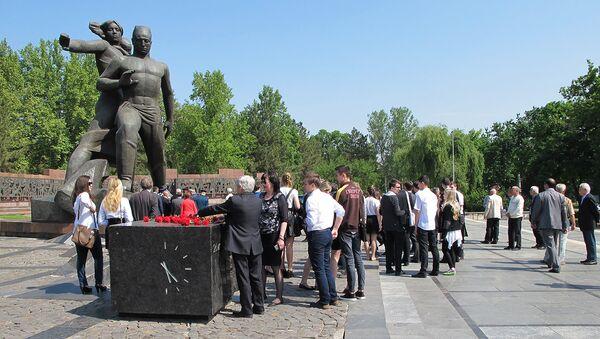 Vozlojeniye tsvetov k monumentu Mujestvo proshlo v Tashkente - Sputnik Oʻzbekiston