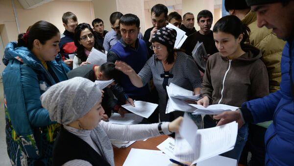 Sdacha ekzamenov v tsentre testirovaniya migrantov - Sputnik Oʻzbekiston
