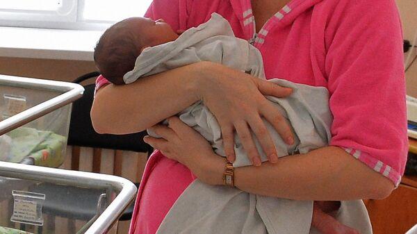 Мать с младенцем - Sputnik Узбекистан