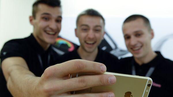 Селфи троих друзей на смартфон - Sputnik Узбекистан