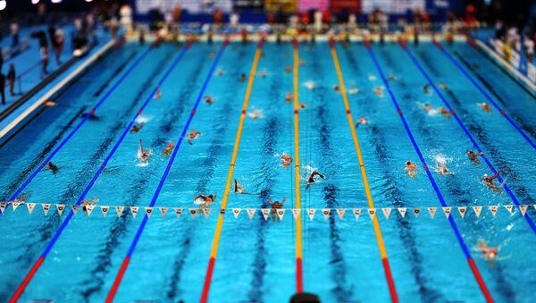 Спортсмены на разминке перед началом соревнований по плаванию - Sputnik Ўзбекистон