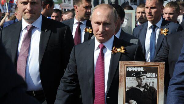 Rossiya prezidenti V. Putin Moskva markazida boʻlib oʻtgan Oʻlmas polk tadbirida qatnashdi - Sputnik Oʻzbekiston