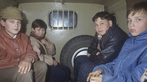 Подростки в машине детского приемника-распределителя - Sputnik Узбекистан