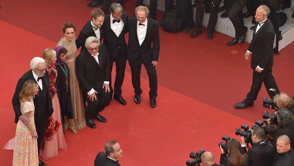 Красная дорожка Каннского кинофестиваля: поцелуи, наряды и Вуди Аллен - Sputnik Узбекистан